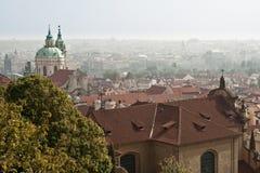 Trevlig siktspanorama av Prague. Arkivbild