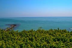 Trevlig sjösidasikt av botaniska trädgården, Bulgarien royaltyfri bild