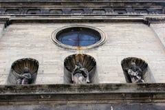 Trevlig skulptur i den kyrkliga väggen Arkivbilder