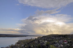 Trevlig skyscape Sikt på floden Arkivfoton