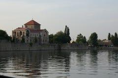 Trevlig slott bredvid sjön Arkivbilder