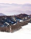 trevlig snöig by för italienska berg Arkivbild
