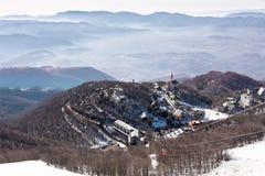 trevlig snöig by för italienska berg Arkivfoto