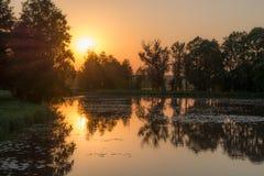 Trevlig solnedgång över sjön Arkivbild