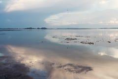 Trevlig solnedgång på sjön som är sydlig av Thailand arkivfoton