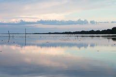 Trevlig solnedgång på sjön som är sydlig av Thailand fotografering för bildbyråer
