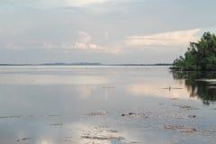 Trevlig solnedgång på sjön som är sydlig av Thailand royaltyfria bilder