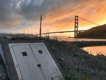 Trevlig solnedgångsikt framme av golden gate bridge royaltyfri fotografi