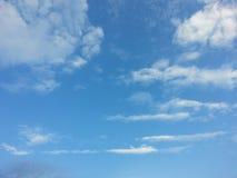 Trevlig solskendag för blå himmel Arkivfoto