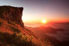 Trevlig soluppgång i morgon på berget för Phu Chifa, Chiang Rai, Thailand arkivbilder