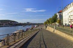 Trevlig sommardag i Prague med den Vltava floden, i att flöda till och med staden Arkivfoto