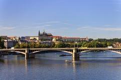 Trevlig sommardag i Prague med den Vltava floden, i att flöda till och med staden och den Prague slotten och helgonet Vitus Cathe Arkivbilder