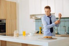 Trevlig stilig affärsman som förbereder frukosten arkivfoton