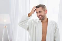 Trevlig stilig man som trycker på hans hår royaltyfria foton