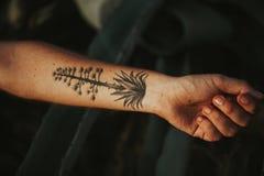 Trevlig tatuering på armen Arkivfoton