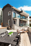 Trevlig terrass av det moderna huset Fotografering för Bildbyråer