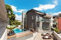 Trevlig terrass av det moderna huset Arkivfoto
