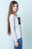 Trevlig tonårs- flicka i grå skjorta och jeans arkivbilder