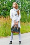 Trevlig ung kvinna med handväskan Arkivfoton