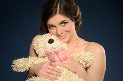 Trevlig ung kvinna med nallebjörnen royaltyfria foton