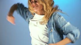 Trevlig ung kvinna som har roligt och att dansa aktivt och att tycka om festlig atmosfär arkivfilmer