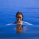 Trevlig ung kvinna som ser kameran i havet Arkivbilder