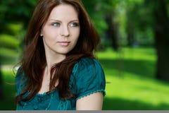 trevlig utomhus- sexig kvinna för färgrik klänning royaltyfria bilder
