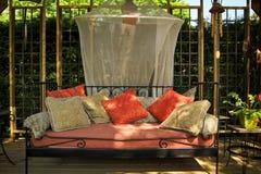 Trevlig utomhus- soffa arkivfoton