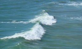 Trevlig våg i Huntington Beach Arkivbilder