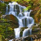 Trevlig vattenfall i Carpathians Arkivbilder