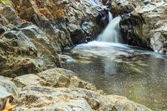 Trevlig vattenfall i solig dag Fotografering för Bildbyråer