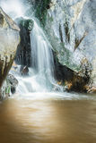 Trevlig vattenfall i solig dag Arkivfoto