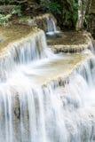 Trevlig vattenfall i Thailand Arkivfoto