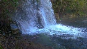 Trevlig vattenfalldetalj p? skogen i Spanien i en molnig dag lager videofilmer
