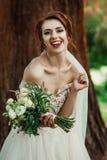 Trevlig vit bröllopbukett i hand för brud` s royaltyfri fotografi