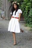 trevlig white för brunettklänningflicka royaltyfria bilder