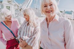 Trevliga äldre damer skrattar tillsammans utomhus- arkivbilder