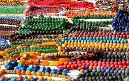 Trevliga Afrikan-stil halsband som är till salu på loppmarknaden royaltyfri bild