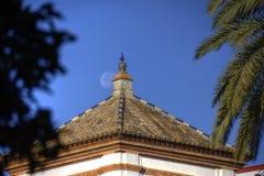 Trevliga byggnader nära Maria Luisa parkerar i Seville royaltyfri fotografi