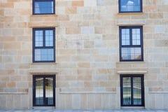 Trevliga fönster av ett majestätiskt hotell Arkivfoton
