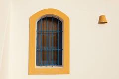 Trevliga fönster på medelhavs- hus i Spanien Royaltyfri Fotografi