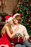 Trevliga förälskelsepar nära julgranen Kvinna- och mancelebrat Royaltyfria Foton