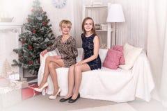 Trevliga flickor i rummet för jul Arkivfoto