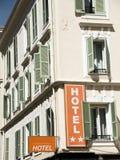 Trevliga Frankrike för franskt hotell stora fönster Arkivfoto