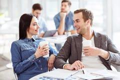 Trevliga kollegor som dricker kaffe Arkivfoton