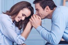 Trevliga lyckliga par som tillsammans spenderar tid Royaltyfri Bild