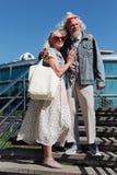 Trevliga lyckliga par som tillsammans står Royaltyfria Bilder