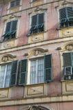 Trevliga medelhavs- husfasader med olika färger Arkivbilder
