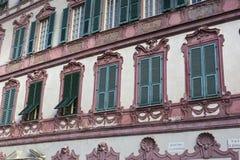 Trevliga medelhavs- husfasader med olika färger Royaltyfria Foton