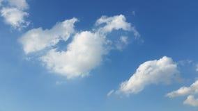 Trevliga moln på den blåa himlen Arkivfoton